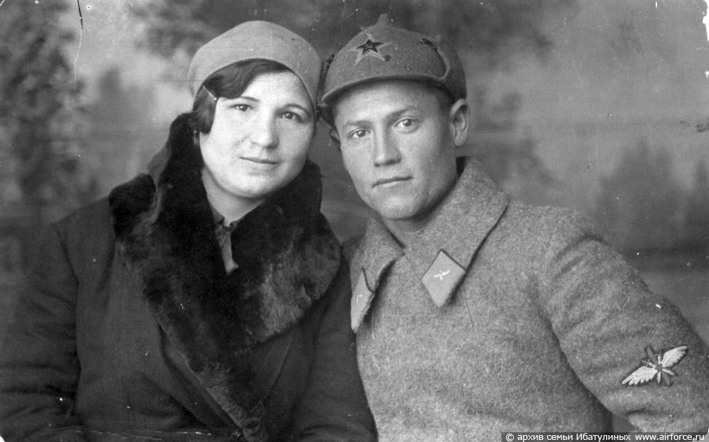 Курсант Оренбургского летного училища Хасан Ибатулин со своею женой Раей. 1933 г.