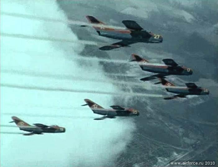 """Схема окраски - выбрана по мотивам  """"красной пятерки """" - советской пилотажной группы.  Впрочем, и Миг-15, и Миг-17..."""