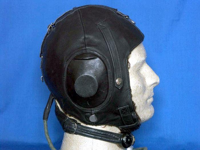 Этот советский послевоенный кожаный шлем (сделан в 1946 году) является почти точной копией немецкого LKPW...